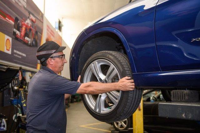 Archivo - Cambio de ruedas en un taller.