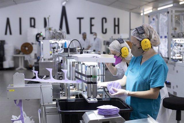 Archivo - Varias trabajadoras hacen mascarillas FFP2 moradas  en la fábrica de Airnatech Antiviral, en Castellón de la Plana, Comunidad Valenciana (España), a 10 de febrero de 2021.