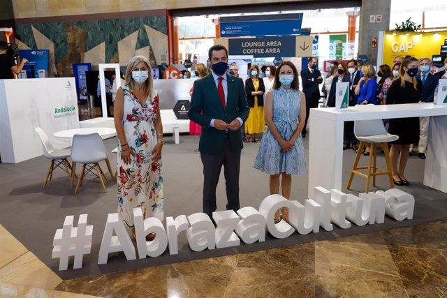 El presidente de la Junta de Andalucía, Juanma Moreno, posa con , la consejera de Cultura, Patricia del Pozo (1i), a la llegada a la  inaugura el encuentro Cities and Museums International Trade Fair a 21 de junio del 2021