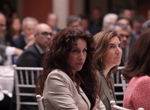 Archivo - La consejera de Igualdad,Rocío Ruiz (d), y la consejera de Empleo, Rocío Blanco (i), en una imagen de archivo.