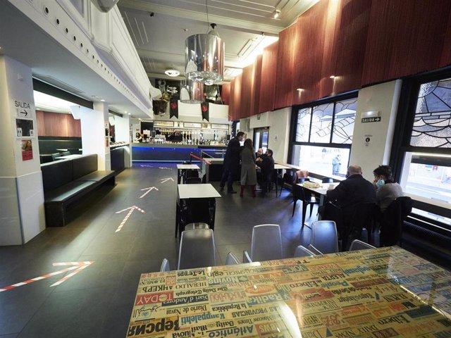 Archivo - Interior de un bar con medidas de seguridad en Pamplona, Navarra (España), a 17 de diciembre de 2020. Navarra reabre hoy el interior de los locales de hostelería con aforo al 30% tras casi dos meses de cierre por las restricciones frente al Covi