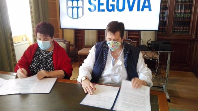 Firma del convenio para el abono-comercio en el parking de José Zorrilla en Segovia.