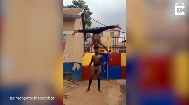 Conoce a Owor Simon Peter, un acróbata de Uganda capaz de equilibrarse en la cabeza de otra persona