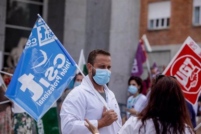 Archivo - Varios sanitarios se concentran con pancartas como signo de protesta frente al Hospital Clínico San Carlos, en una imagen de archivo