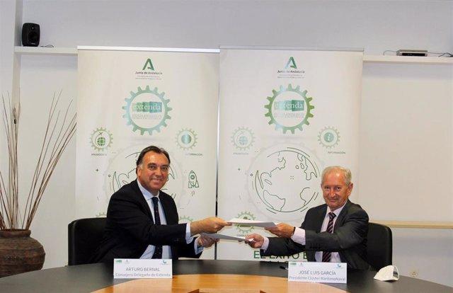 El consejero delegado de Extenda, Arturo Bernal, y el presidente del Clúster Marítimo Naval de Cádiz, José Luis García-Zaragoza, durante la firma del acuerdo de colaboración.