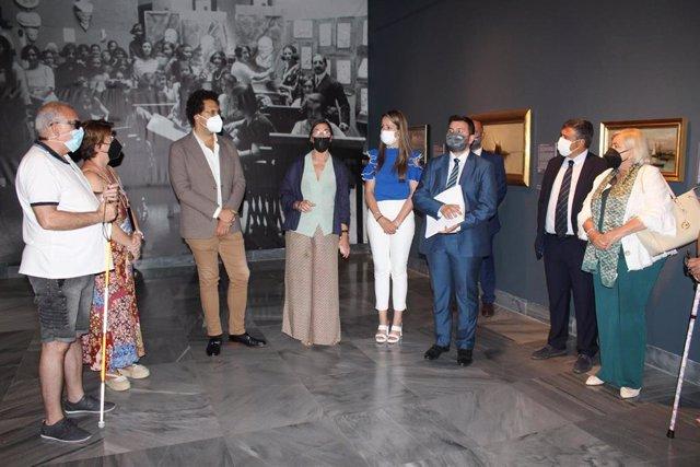 Visita guiada a afiliados de la ONCE en Huelva a la exposición '100 Años de Bellas Artes en el Museo' .