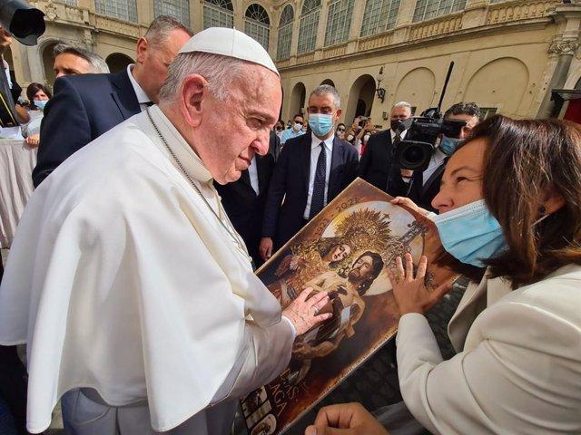 El papa Francisco junto a Paloma Saborido, directora del comité científico del congreso internacional de Hermandades y Cofradías que se celebrará en septiembre en Málaga.
