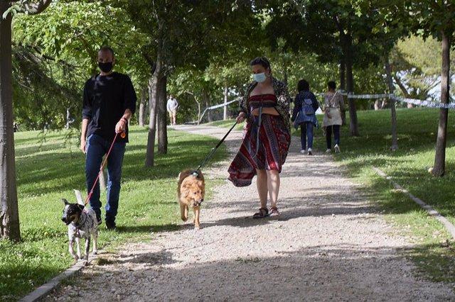 Ciudadanos pasean durante el último fin de semana antes del término del uso de la mascarilla, a 20 de junio de 2021, en Madrid (España). Las mascarillas dejarán de ser obligatorias en los espacios al aire libre a partir del próximo 26 de junio.