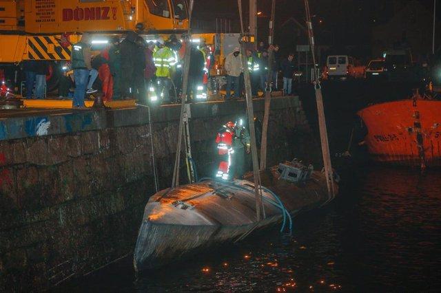 Archivo - Labores de reflotación del 'narcosubmarino' en el puerto de Aldán (Pontevedra)