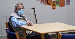 Un anciano en una de las salas de la Residencia de mayores de Carballo, a 19 de junio de 2021, en A Coruña, Galicia (España).
