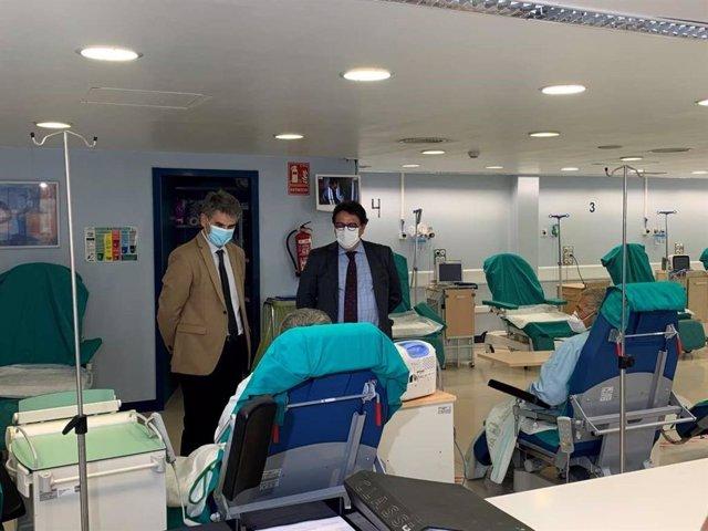 El vicepresidente segundo y consejero de Sanidad y Servicios Sociales, José María Vergeles, y el director gerente del SES, Ceciliano Franco, en una visita a la Unidad de Cirugía Mayor Ambulatoria y la Unidad de Hemodiálisis del Hospital de Plasencia
