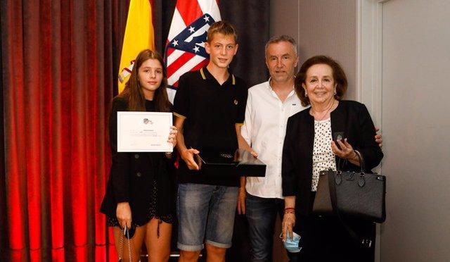 Los familiares de Radomir Antic reciben la medalla de plata del Atlético