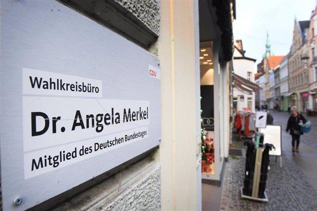 Archivo - Imagen de archivo del edificio en el que se encuentra la oficina electoral de Angela Merkel, en Stralsund, en el norte de Alemania.