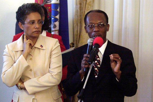 Archivo - Presidente Jean Bertrand Aristide y su mujer en una rueda de prensa en 2004