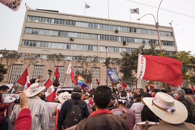 Los partidarios del candidato presidencial Castillo celebran los resultados de las elecciones.