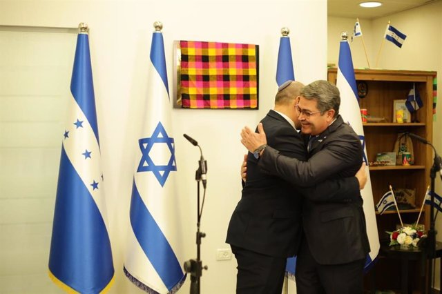 El presidente de Honduras, Juan Orlando Hernández, se abraza con el primer ministro de Israel, Naftali Bennett.