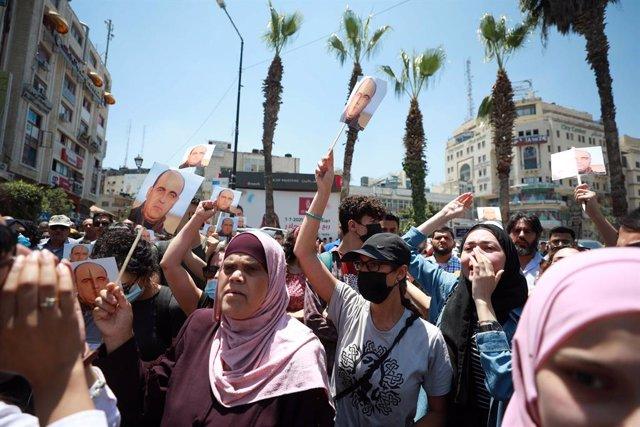 Manifestación en Ramala, Cisjordania, por la muerte del activista Nizar Banat mientras estaba bajo custodio de las fuerzas de seguridad de la Autoridad Palestina.
