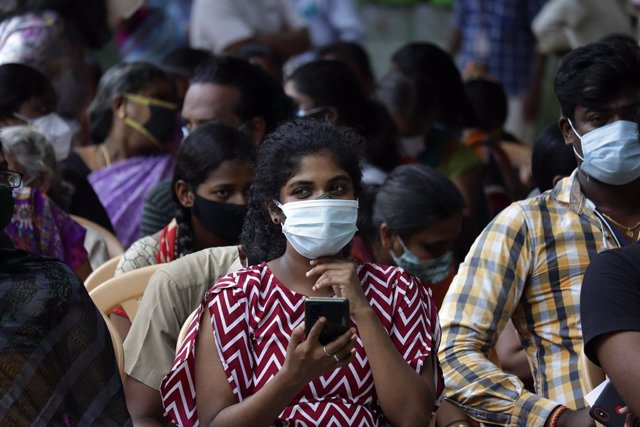 Personas en India esperando a vacunarse contra el coronavirus