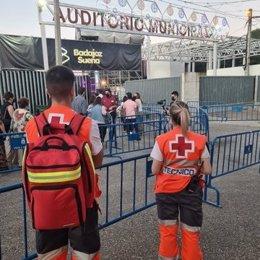 Voluntarios de Cruz Roja en la entrada del recinto de los conciertos de la Feria de Badajoz.
