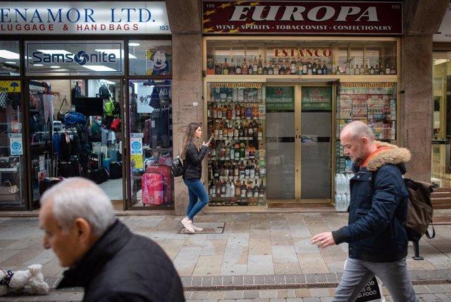 Archivo - Varias personas circulan por una de las calles de Gibraltar sin mascarilla, después de que España haya decidido levantar la restricción temporal del acceso por vía terrestre al espacio Schengen a través del puesto de control de personas con el t