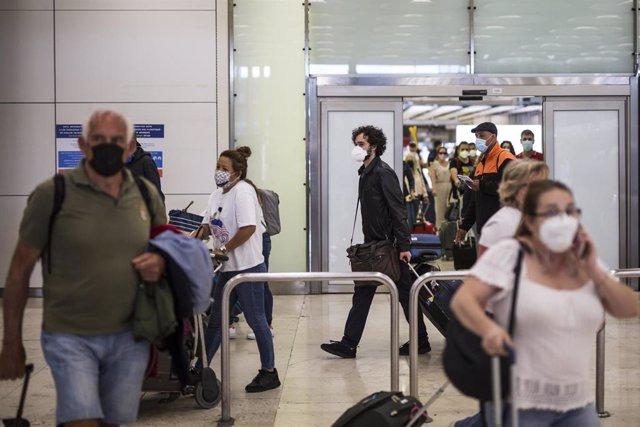 Pasajeros de un vuelo procedente de Quito a su llegada a las instalaciones de la Terminal T4  del Aeropuerto Adolfo Suárez Madrid-Barajas