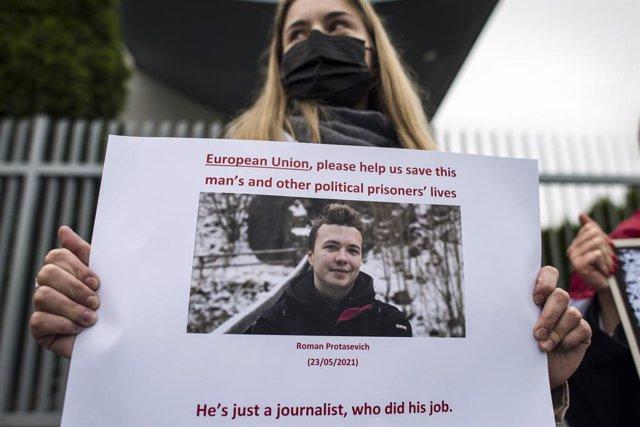 Una mujer durante una protesta por la detención de Roman Protasevich en Bielorrusia.