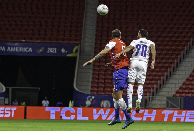 24 June 2021, Brazil, Brasilia: Paraguay's Antonio Bareiro (L) and Chile's Enzo Roco battle for the ball during the Copa America group A soccer match between Chile and Paraguay at Mane Garrincha Stadium. Photo: Leco Viana/TheNEWS2 via ZUMA Wire/dpa