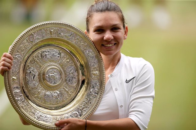 Archivo - 13 July 2019, England, London: Romanian tennis player Simona Halep celebrates with the trophy after defeating US Serena Williams in their women's singles final match on day twelve of the 2019 Wimbledon Grand Slam tennis tournament at the All Eng