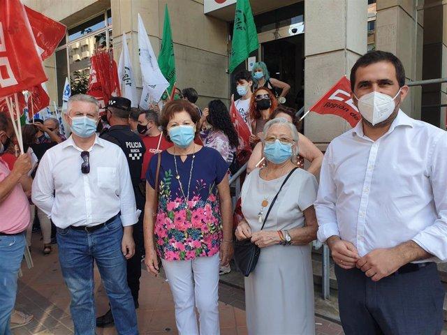 El diputado del Grupo Parlamentario Socialista José Antonio Peñalver, durante la visita a la protesta de los sindicatos