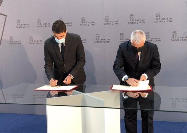 Ángel Ibáñez (izquierda) y el presidente de la Asociación de Víctimas del Terrorismo de Castilla y León, Sebastián Nogales, firman el convenio de colaboración.