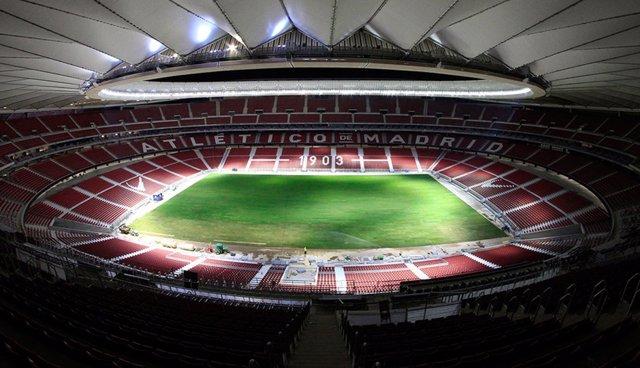Archivo - Instalado el césped en el Wanda Metropolitano