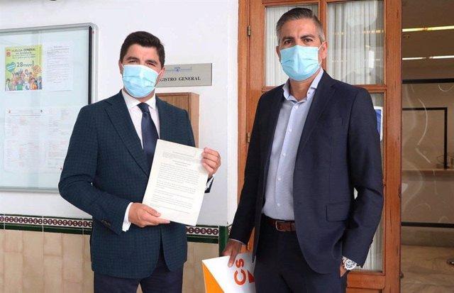 Los diputados de Cs Enrique Moreno y Emiliano Pozuelo, en el registro de la PNL en el Parlamento.