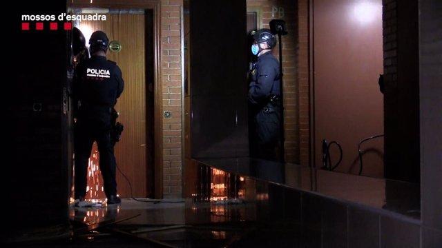 Imatge d'uns agents dels Mossos d'Esquadra durant l'operatiu
