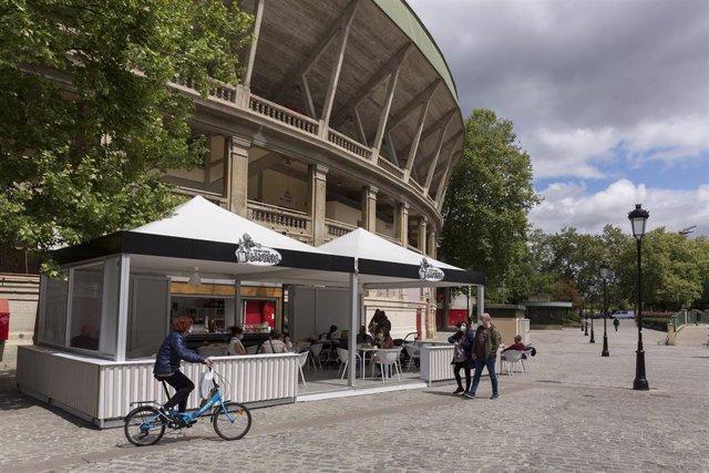 Archivo - Terrazas instaladas junto a la plaza de toros de Pamplona.