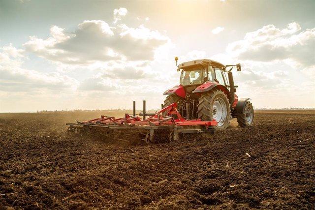 Arxiu - Un tractor al camp