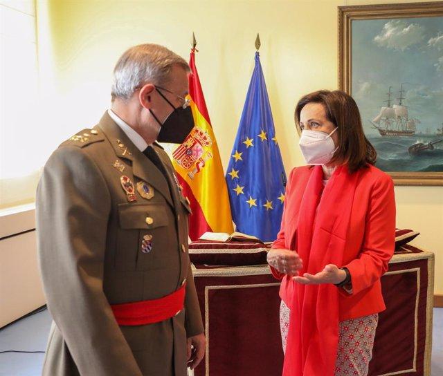 El nuevo director general de Política de Defensa, teniente general Fernando José López del Pozo y la ministra de Defensa, Margarita Robles, durante el acto de toma de posesión del director general de Política de Defensa, en el Ministerio de Defensa, a 25