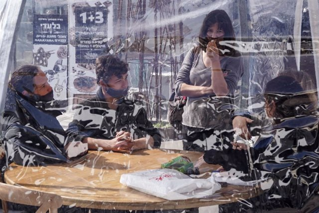 Archivo - Un grupo de personas en un restaurante en Jerusalén después de que Israel relajara las restricciones impuestas por la pandemia de coronavirus