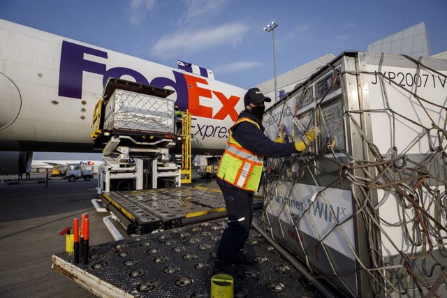 Archivo - 28 April 2021, Canada, Toronto: Workers unload a shipment of Moderna coronavirus (COVID-19) vaccine at the FedEx hub in Toronto. Photo: Cole Burston/The Canadian Press via ZUMA/dpa
