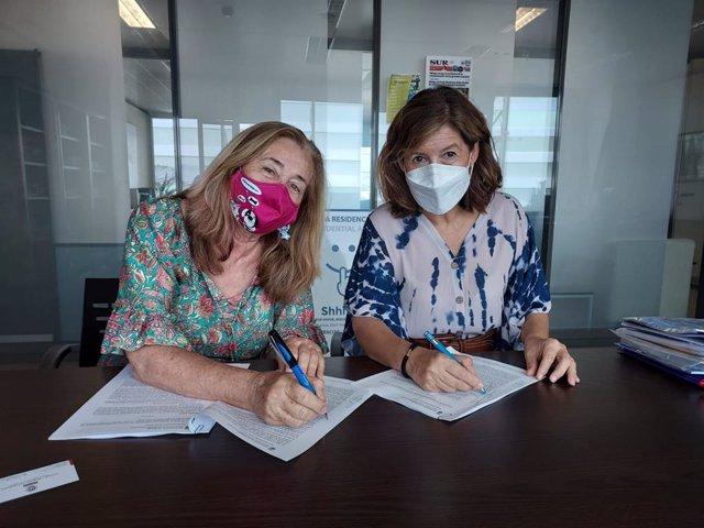 La concejala de Sostenibilidad Medioambiental, Gemma del Corral, y la presidenta de la asociación, Carmen Manzano, durante la firma de un acuerdo