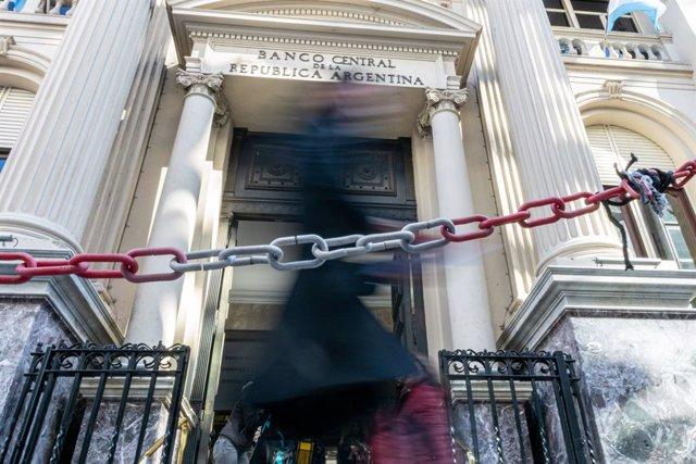 Archivo - Puerta del Banco Central de la República Argentina