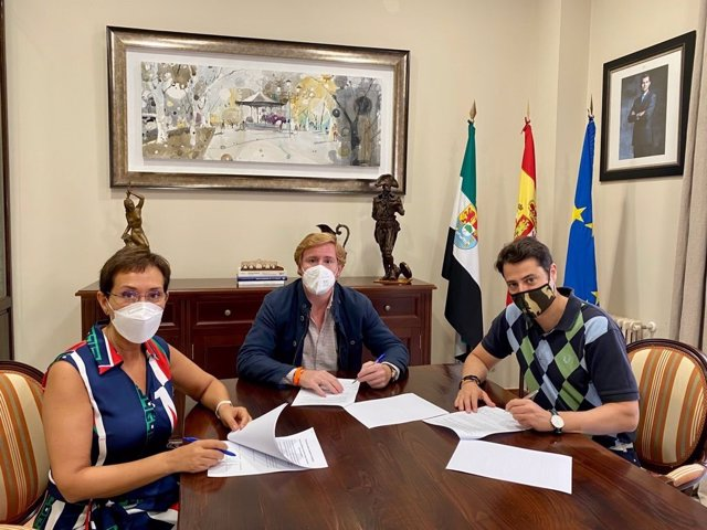 María Jose Solana (PP), Ignacio Grageera (Ciudadanos) y  Alejandro Velez firman un acuerdo de estabilidad para Badajoz