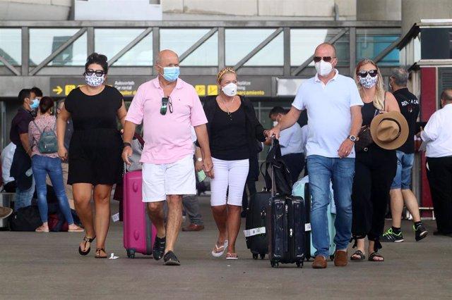 Archivo - Llegadas de británicos al aeropuerto de la capital de la Costa del Sol, después de que Reino Unido imponga una cuarentena a todos los viajeros procedentes de España. En Málaga (Andalucía, España), a 27de julio de 2020.