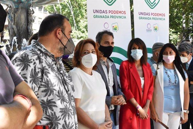 Los portavoces de Unidas Podemos por Andalucía, Toni Valero y Martina Velarde, atienden a los medios durante la presentación oficial de Unidas Podemos en Granada.