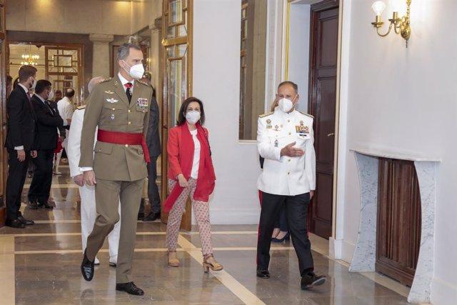 El Rey Felipe VI junto a la ministra de Defensa, Margarita Robles, en la entrega de diplomas del curso de Estado Mayor