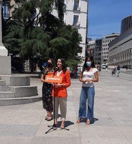 La presidenta de Ciudadanos, Inés Arrimadas, haciendo declaraciones ante el Congreso