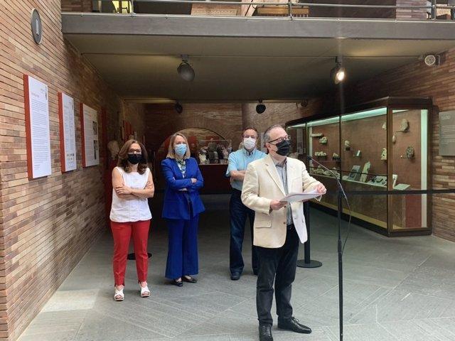 El director del Festival de Mérida, Jesús Cimarro, junto a otras autoridades en la inauguración de la exposición 'Imperium. Imágenes del poder en Roma'
