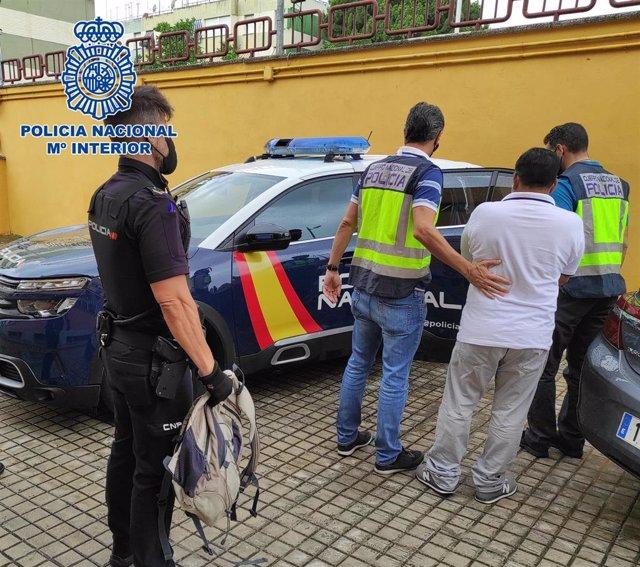 La Policía Nacional detiene a un prófugo de la justicia con una orden internacional de detención.