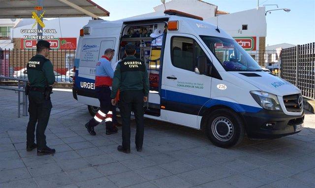 Archivo - Agentes de la Guardia Civil junto a una ambulancia en una imagen de archivo.