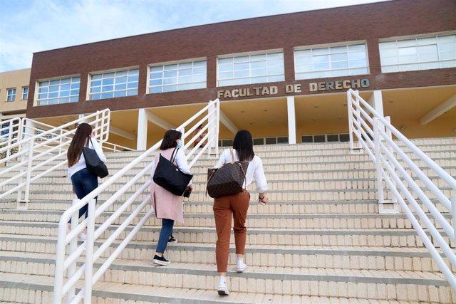 Archivo - Varios estudiantes de la Facultad de Derecho de la  Universidad de Málaga.