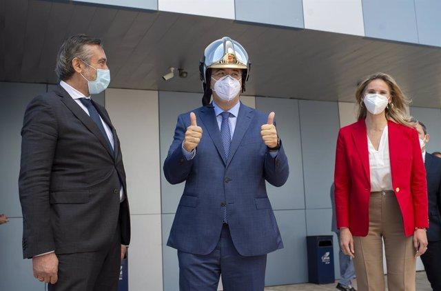 (I-D) El consejero de Presidencia, Justicia e Interior de la Comunidad de Madrid, Enrique López; el presidente del Comité Europeo de las Regiones, Apostolos Tzitzikostas; y la consejera de Medio Ambiente, Vivienda y Agricultura, Paloma Martín, durante su